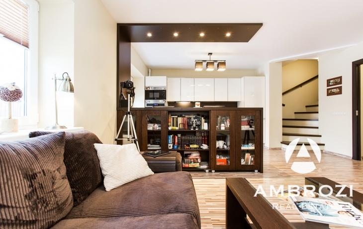 Изысканный и элегантный 3-х этажный дом с террасой и уютным патио, Aiandi 3